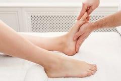Füße Massagenahaufnahme, Acupressure Lizenzfreie Stockfotos