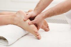 Füße Massagenahaufnahme, Acupressure Stockbild