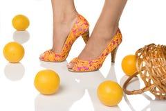 Füße mit pedicure und Orangen Stockfotografie