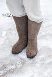Füße mit traditionellen russischen Graufilzstiefeln stehen Lizenzfreies Stockbild