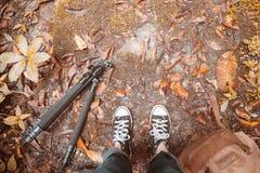 Füße Paar-Mann, dielebensstil-Reisekonzeptwald im Freien O wandern Lizenzfreie Stockfotografie