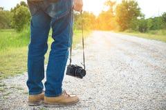 Füße Reisendmann und Retro- Fotokamera Reise im Freien Lifestyl Lizenzfreie Stockfotos