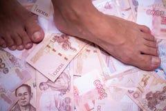 Füße springen auf viel Geld, die Freude am Gewinnen, Jackpot lizenzfreies stockfoto
