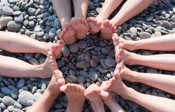 Füße stellen einen Kreis auf dem Strand dar Lizenzfreie Stockfotografie