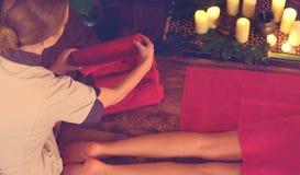 Füße thailändische Massage Geernteter Schuss der Fußreflexzonenmassage lizenzfreies stockfoto