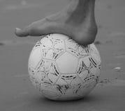 Füße touchâs die Kugel Stockfoto