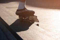 Füße Trick auf Skateboard tuend lizenzfreie stockbilder