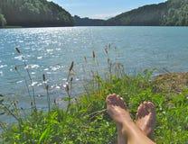 Füße am Ufer Stockfotografie