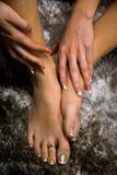 Füße und Hände der jungen Frau schließen oben über Ansicht, das Mädchen, das ihre Füße auf künstlerischem abstraktem Schwarzweiss lizenzfreies stockbild