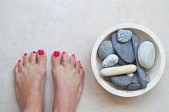 Füße und Zensteine an einem Badekurort Lizenzfreie Stockfotografie