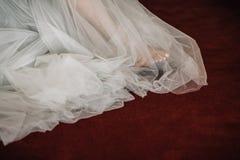 Füße unter dem Kleid lizenzfreies stockfoto