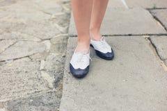 Füße von yyoung Frau auf Portal Lizenzfreies Stockbild