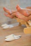 Füße von zwei Frauen, die Badekurortraum stillstehen Lizenzfreies Stockfoto