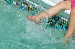 Füße Wasser spritzend Stockfotografie