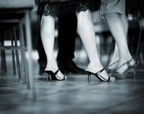 Füße weibliche Hochzeitsgäste in den Fersenschuhen in der Partei Stockbild