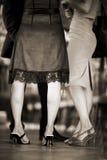 Füße weibliche Hochzeitsgäste in den Fersenschuhen in der Partei Stockfoto