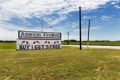 Fügen amerikanische Feuerwerke hinzu und speichern entlang einer Landstraße in ländlichem Texas Lizenzfreie Stockfotos
