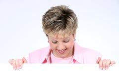 Fügen Sie die Text-Frau hinzu, die das weiße Zeichen-Lächeln anhält Lizenzfreie Stockfotografie