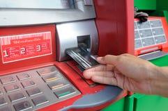 Fügen Sie Karte in ein ATM ein, um eine Geldtransaktion anzufangen Lizenzfreie Stockfotografie