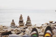 Fügen Sie Socken auf dem Strand hinzu Lizenzfreie Stockbilder