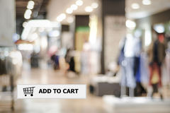 Fügen Sie Warenkorb auf Adresszeile über Unschärfespeicherhintergrund hinzu Stockfoto