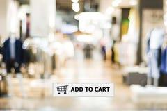 Fügen Sie Warenkorb auf Adresszeile über Unschärfespeicherhintergrund hinzu Lizenzfreies Stockfoto