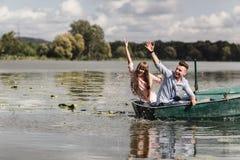 Fühlen spielerisch Schöne junge Paare, die romantisches Datum beim Rudern eines Bootes genießen Glücklich, sich zu haben stockbild