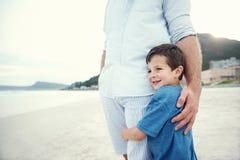 Fühlendes sicheres Kind lizenzfreie stockfotos