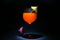 Fühler- oder Zeitschöße des Cocktails mit Regenschirmen im Nickenschwarzen beleuchteten mit einer kleinen Taschenlampe Lizenzfreie Stockbilder