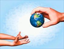 Führen der Erde von Erwachsenen zu Kind Lizenzfreie Stockbilder