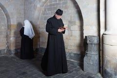 Führen der Nonne und des Priesters lizenzfreie stockbilder