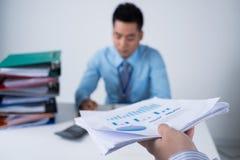 Führen des Finanzdokuments Stockbild