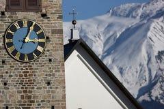 Führen Sie Ansicht einer Borduhr auf einem Kirchturm einzeln auf Stockfotos