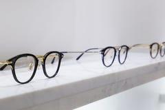 Führen Sie Ansicht von den verschiedenen Brillen einzeln auf, die auf einem Behälter liegen Lizenzfreies Stockfoto