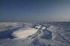 Führen Sie Ansicht von Sastrugi, Wind geschnitzte Kanten im Schnee, nahe Arviat, Nunavut einzeln auf Stockfotografie