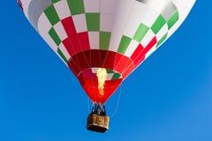 Führen Sie buntes Flammenpropan des Heißluftballons im Flug einzeln auf lizenzfreies stockbild