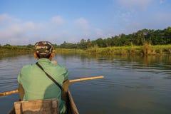 Führen Sie canoeing Safari in den Rapti-Fluss in Nepal stockfoto