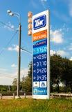 Führen Sie das Zeichen, angezeigt dem Preis des Brennstoffs auf dem TNK-Gas stati Stockfotos
