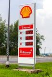 Führen Sie das Zeichen, angezeigt dem Preis des Brennstoffs auf der Tankstelle Stockbilder