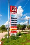 Führen Sie das Zeichen, angezeigt dem Preis des Brennstoffs auf der Tankstelle Stockfoto