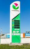 Führen Sie das Zeichen, angezeigt dem Preis des Brennstoffs auf der Tankstelle B Stockfotografie