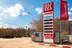 Führen Sie das Zeichen, angezeigt dem Preis des Brennstoffs auf der Tankstelle L Stockbilder