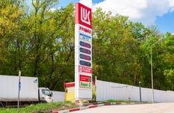 Führen Sie das Zeichen, angezeigt dem Preis des Brennstoffs auf der Tankstelle L Lizenzfreie Stockfotos