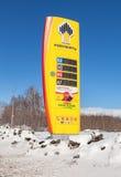 Führen Sie das Zeichen, angezeigt dem Preis des Brennstoffs auf der Tankstelle R Stockbild