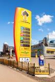 Führen Sie das Zeichen, angezeigt dem Preis des Brennstoffs auf der Tankstelle R Lizenzfreie Stockfotos