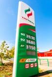 Führen Sie das Zeichen, angezeigt dem Preis des Brennstoffs mit Logo des Öls Stockbilder
