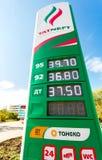 Führen Sie das Zeichen, angezeigt dem Preis des Brennstoffs mit Logo des Öls Lizenzfreie Stockfotos