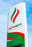 Führen Sie das Zeichen, angezeigt dem Preis des Brennstoffs mit Logo des Öls Stockfotos