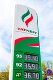 Führen Sie das Zeichen, angezeigt dem Preis des Brennstoffs mit Logo des Öls Lizenzfreie Stockbilder