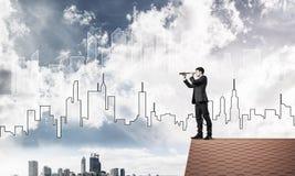 Führen Sie den Mann aus, der auf Dach steht und im Fernglas schaut Mischmed Stockfotografie